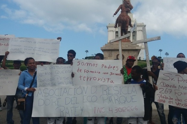 Recicladores de Rafey van en peregrinación hacia el Palacio Nacional