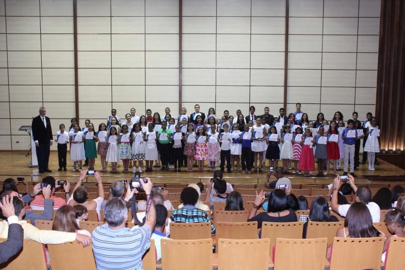 """Graduación de los estudiantes del nivel básico del """"Coro de Niños y Jóvenes de Santo Domingo"""" que di"""
