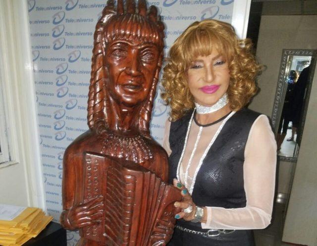 Fefita la Grande es inmortalizada en una escultura de madera