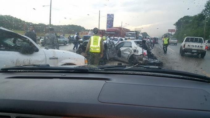 Doble accidente deja al menos 15 vehículos accidentados y varios heridos en la autopista 6 de Noviembre