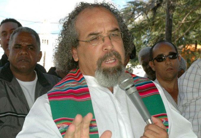 Dominicanos en el exterior rechazan traslado padre Rogelio a Colombia