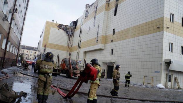 Mueren 64 personas en incendio de centro comercial en Rusia