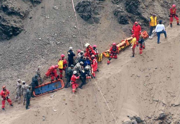 12 muertos por caida de ómnibus a precipicio — Cusco