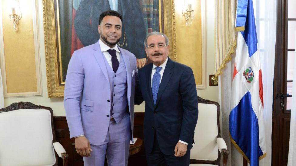 Danilo Medina recibea estelar jugador dominicano de Grandes Ligas, Nelson Cruz