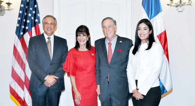 Embajadora de los Estados Unidos ofrece recepción