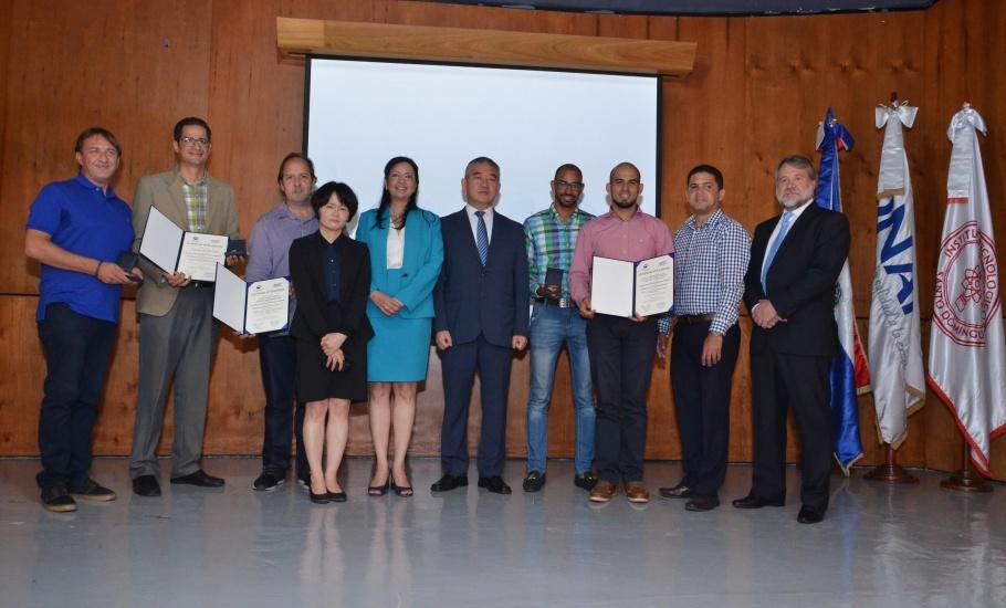 Sandy Lockward junto a los representantes de KIPO y ganadores.