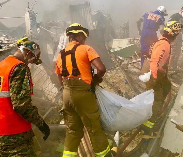 Rescatistas lograron sacar esta noche otro cuerpo de entre los escombros de la explosión