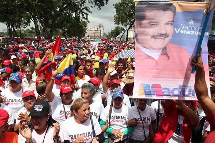 Venezolanos ratifican en las calles juramentación de Nicolás Maduro