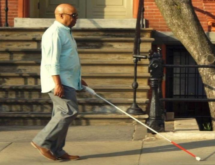 Desarrollan un bastón inteligente conectado al celular para ayudar a personas ciegas