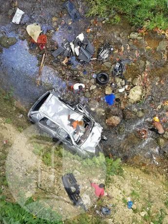 Vehículo cae a precipicio en la autopista 6 de Noviembre, un herido