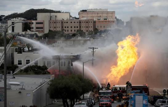 Explosión de tubería de gas en San Francisco quema edificios