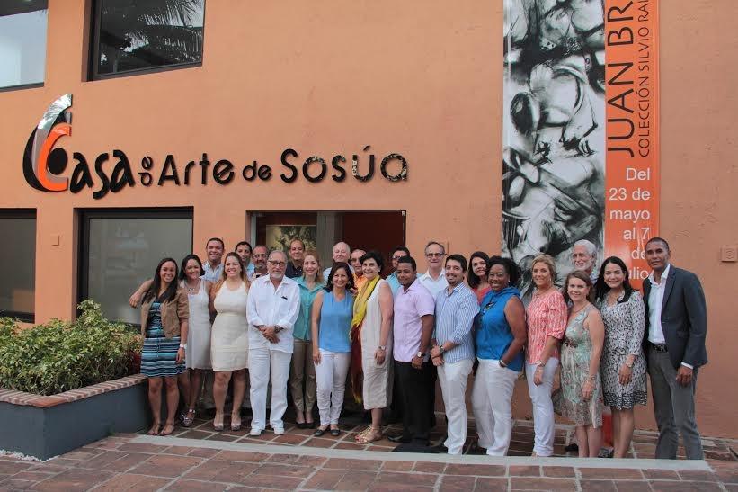 La alcaldesa de Sosúa, Ilana Newman, (con blusa azul y pantalón blanco ) compartiendo con visitantes