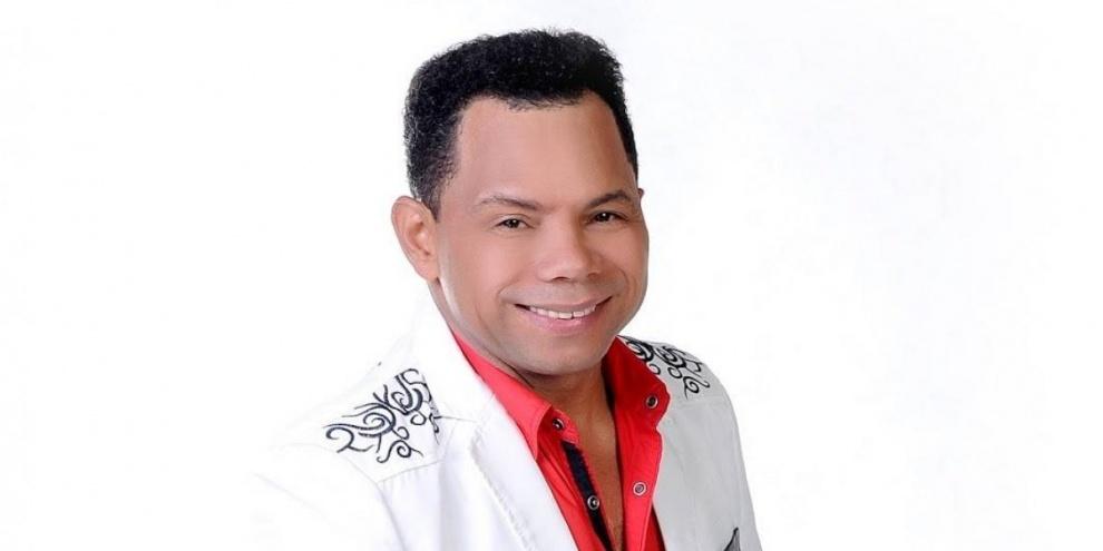 Bachatero Joe Veras tras una estatuilla en los premios Soberano