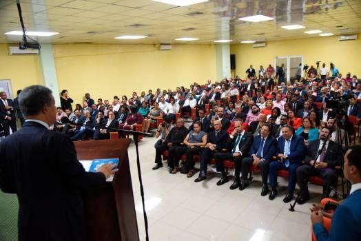 Leonel Fernández disertaen un encuentro con empresarios de Santo Domingo Este