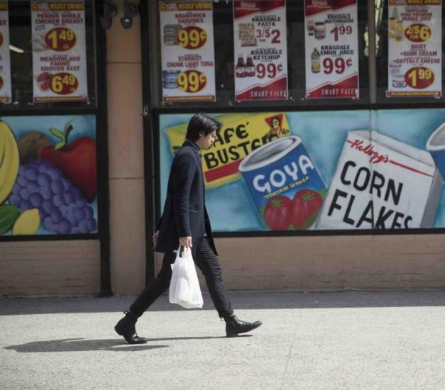 Nueva York prohíbe el uso de bolsas plásticas por comerciantes