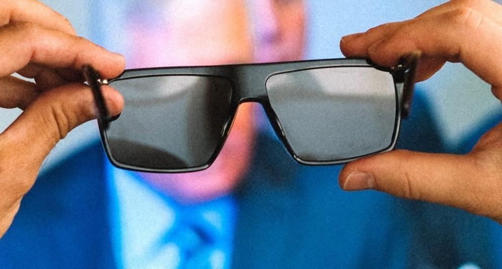 VIDEO) Conozca las gafas que hacen desaparecer imágenes en pantallas de televisión
