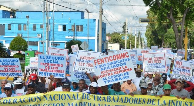 Trabajadores salieron a las calles a protestar contra la reforma laboral.en Santiago;