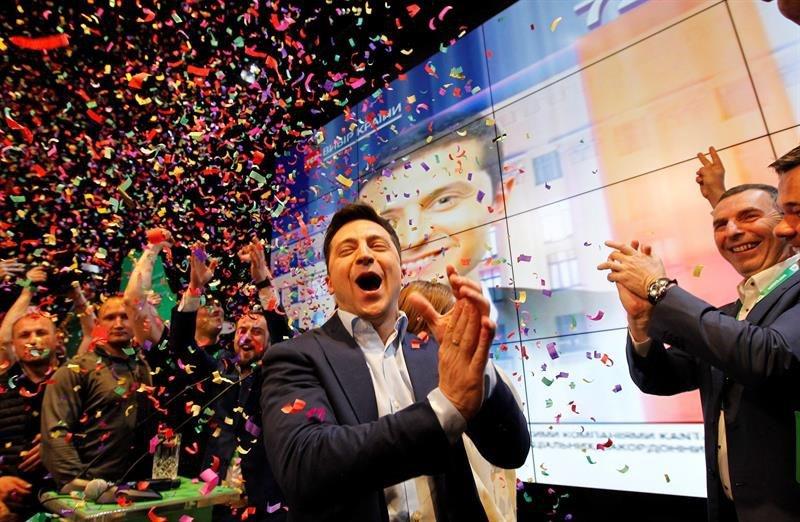 No es un chiste, en Ucrania un comediante,  Vladimir Zelensky avasalló en la elección y es el nuevo presidente