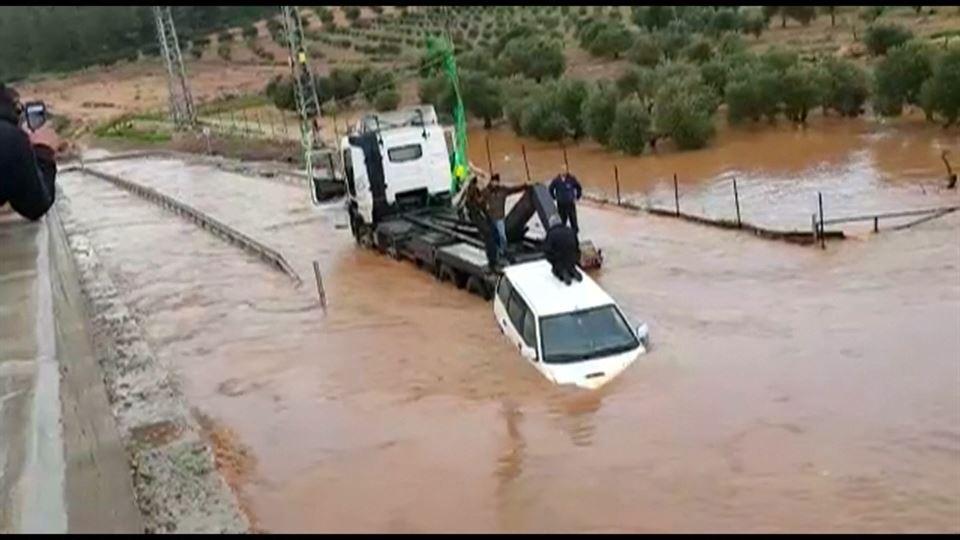 Fuertes lluvias caídas provocan derrumbes y desbordamientos de ríos