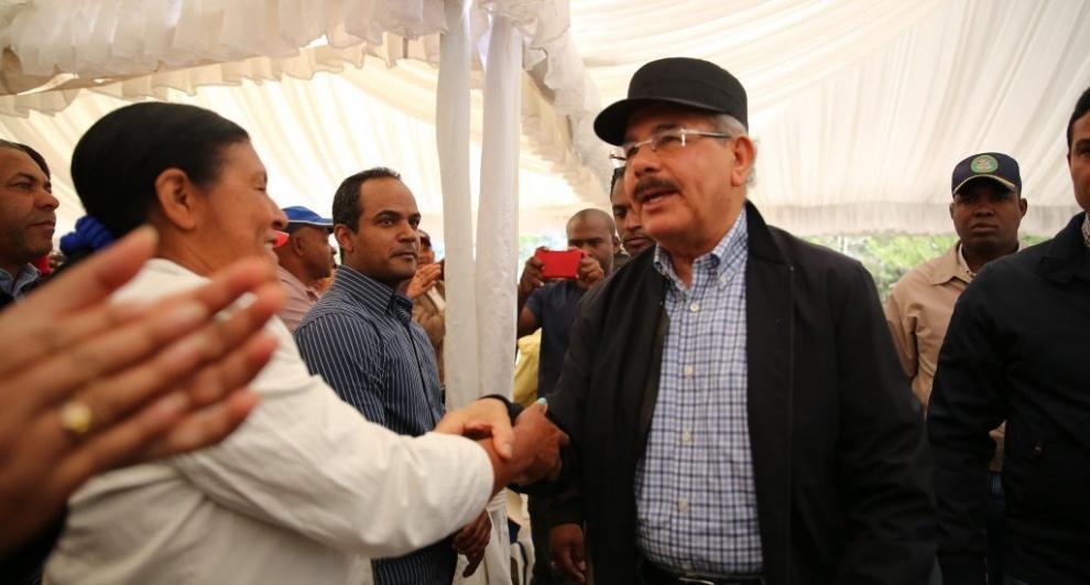 Danilo Medina en visita sorpresa en Constanza hace promesa a productores