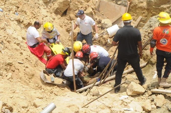 Un muerto, al menos tres desaparecidos y varios heridos tras derrumbe en Santiago