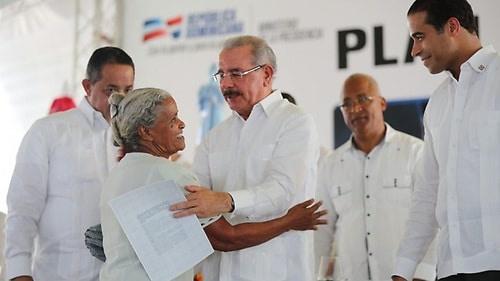 Danilo Medina entrega 1,288 títulos de propiedad definitivos a parceleros de Nagua