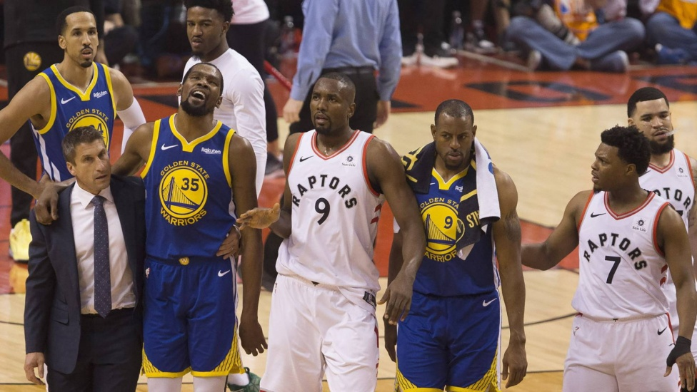 Los Warriors salvan el primer jaque de los Raptors tras un soberbio final