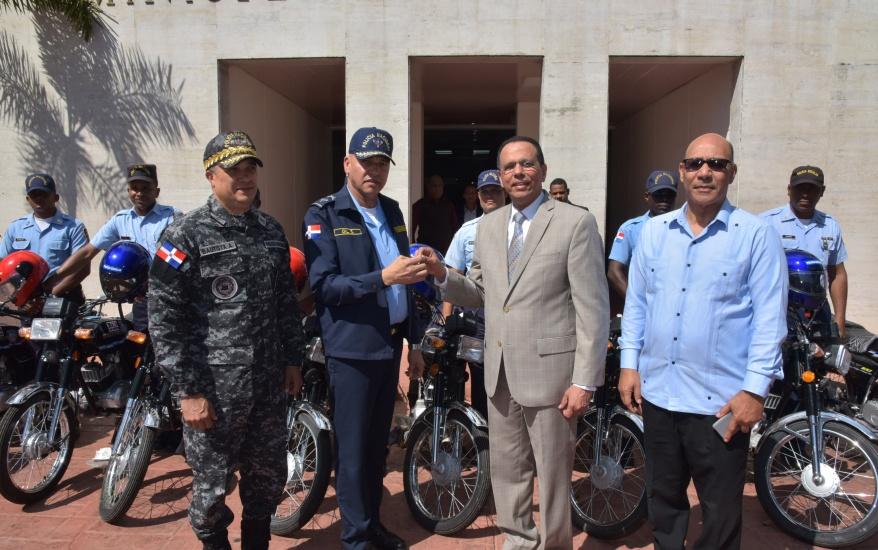 Ministro de Educación entrega 140 motocicletas a la Policía Escolar para favorecer la seguridad de los estudiantes