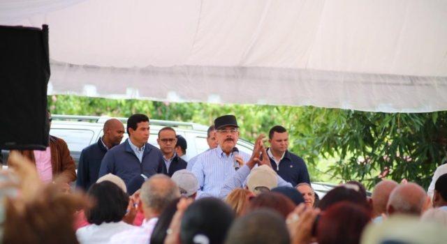 Visita sorpresa cae en productores de Mango de San Cristóbal; gobierno aprueba proyecto de ayuda