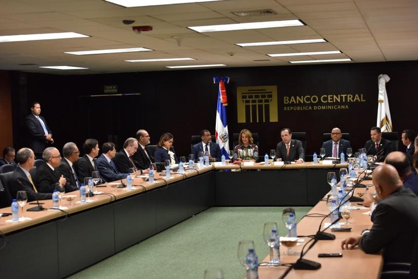 Valdez Albizu informa al sistema financiero de la disponibilidad de los más de RD$29,000 millones liberados por la Junta Monetaria