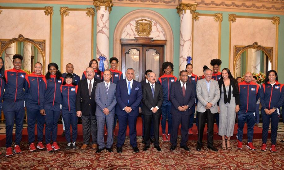 Danilo Medina entrega la bandera nacional a la delegación criolla que va para Lima, Perú