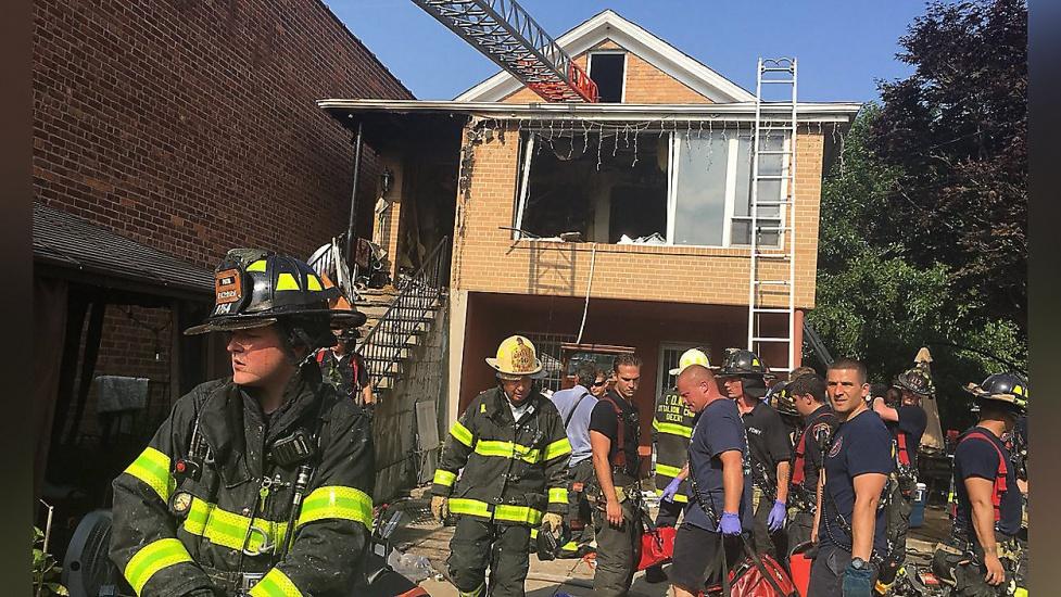 Niña dominicana, abuelo y vecino mueren quemados en incendio sospechoso en Queens; madre y hermano graves