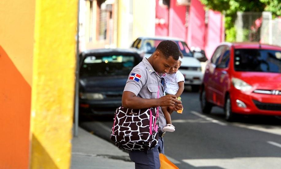Vive en Puerto Plata policía que adquiere popularidad en las redes por ser ejemplo de padre responsable