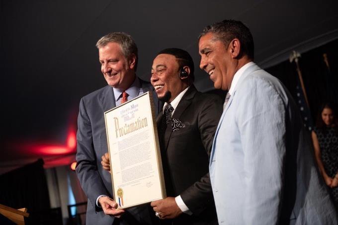 Alcalde de Nueva York reconoce a bachatero dominicano Anthony Santos