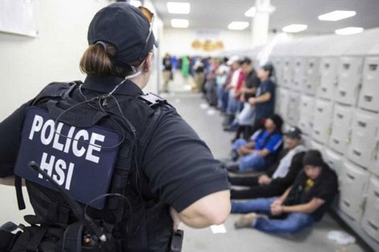 Hijos de inmigrantes detenidos en EE.UU. pasan noche en gimnasio
