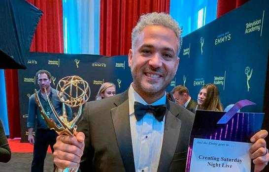 """DominicanoOsmani (Oz) Rodríguezgana Emmy por la serie """"Creando Saturday Night Live"""""""