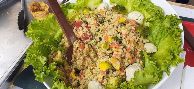 celebran con éxios  feria de ensaladas een Constanza