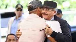 Presidente Danilo Medina visita productores de café y aguacate en Peravia