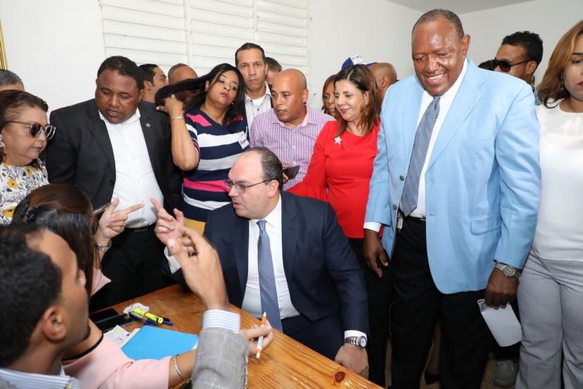 Dirigente del PRD, Alejandro Barón, inscribe precandidatura a diputado por la circunscripción Uno de la capital