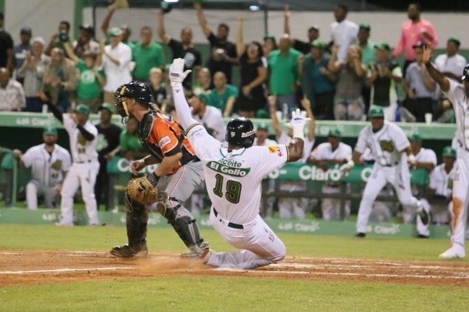 Estrellas vencen Toros en noche inaugural en el Tetelo Vargas