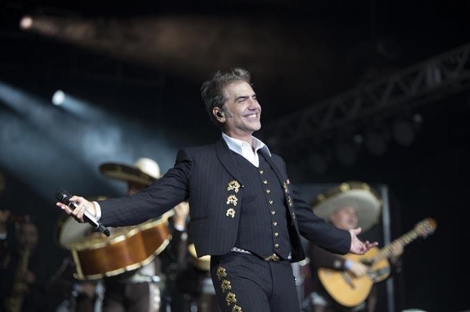 Potrillo Alejandro Fernández envuelve público en la magia de más de 40 canciones en su concierto