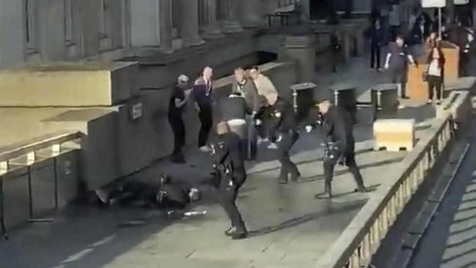 Testigos enfrentaron al atacante de Londres con el colmillo de un animal marino y un extintor