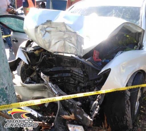 Desastroso accidente deja dos muertos al chocar el vehículo con un poste de luz en la Cayetano Germosén