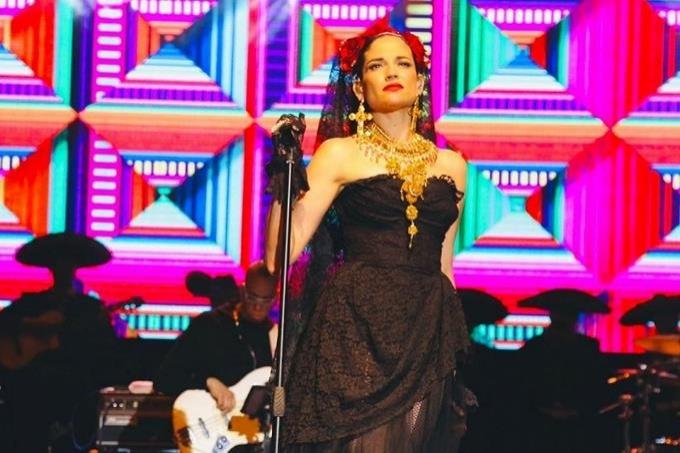 Natalia Jiménez estremece Teatro la Fiesta con su peculiar carisma y poderosa voz
