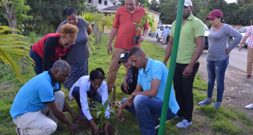 Ministerio de Turismo apoya reforestación ecoturística en municipio El Cedro de Miches