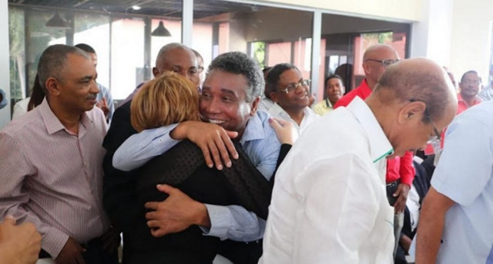 El abrazo de Felix Bautista y Lucía Medina contrincantes en las pasadas primarias del PLD