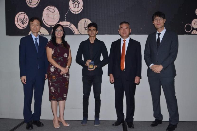 El Sr. Jaewon Bahn, consejero de OMPI, la directora de ONAPI, Sandy Lockward, el ganador del 1er lug