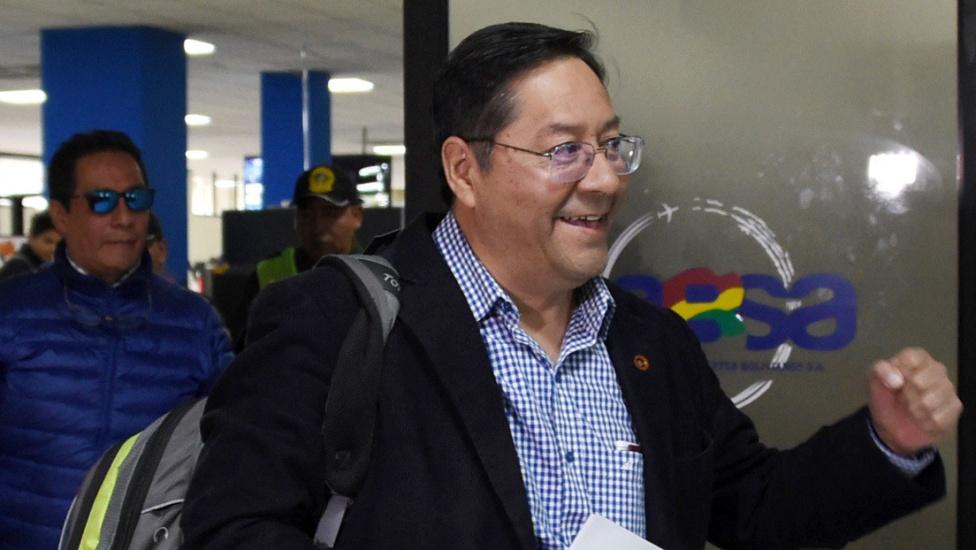 Luis Arce, candidato del partido de Evo Morales, regresa a Bolivia para las elecciones y recibe una notificación