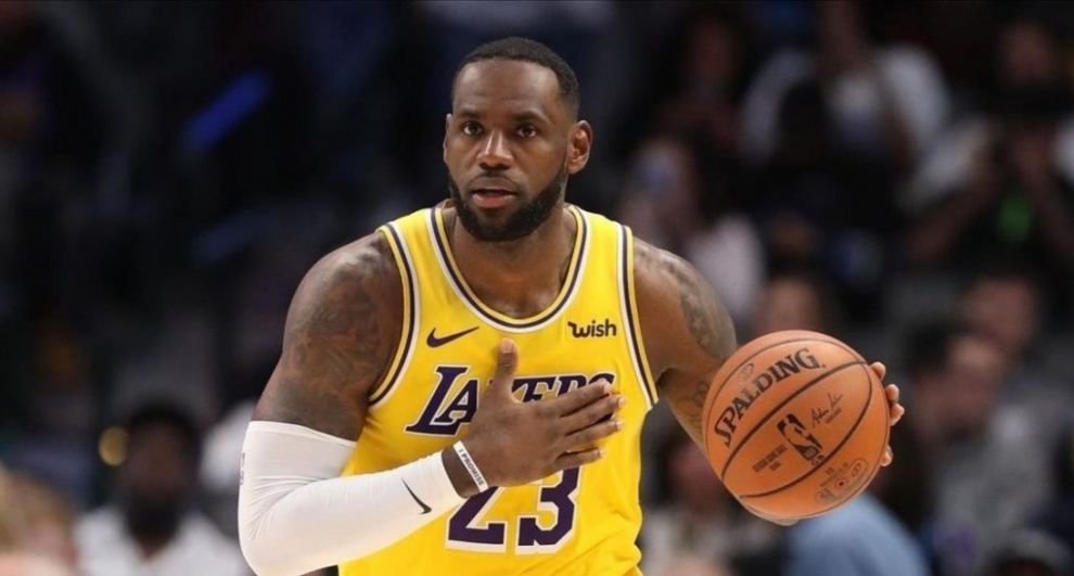 LeBron James tiene doble-doble en la victoria de los Lakers