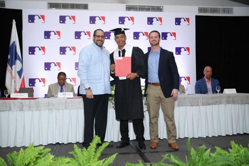 Antonio Musa Biaggi  entrega certificado a prospecto, junto a Matt McGrath.